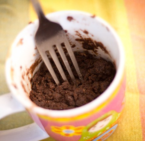 Čokoladni kolač sa kikiriki puterom iz mikrotalasne